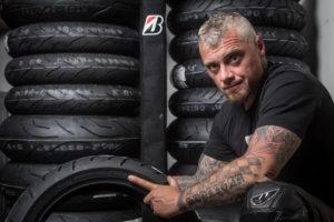 Motocyklový expert Pepa Sršeň a Bridgestone radí, jak si nejlépe užít jízdu v jedné stopě