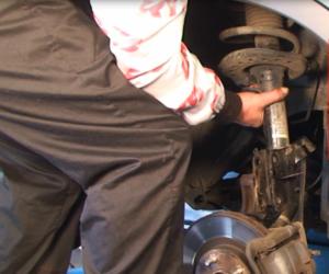KYB pomáha s výmenou predných tlmičov na voze Nissan Qashqai