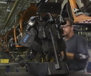 Ľudskí roboti v automobilovej továrni