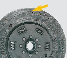 Opotrebované spojkové obloženie až na hlavičky nitov