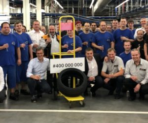 Zamestnanci spoločnosti Barum Continental vyrobili 400miliontou pneumatiku