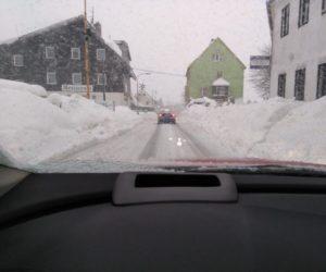 Prečo niekedy drhnú snehové reťaze o predný tlmič?