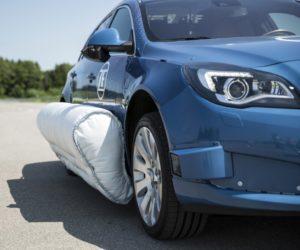 Firma ZF ako prvá na svete predstavila naživo systém vonkajšieho bočného airbagu. Boli sme pri tom!