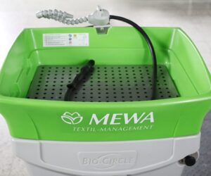 MEWA: Čištění součástek pomocí ekologických mycích stolů se štětcem